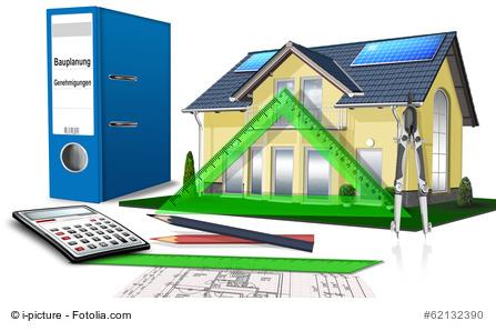 Hausplanung mit Bauzeichnung, Taschenrechner und Lineal - Fertighaus Kosten
